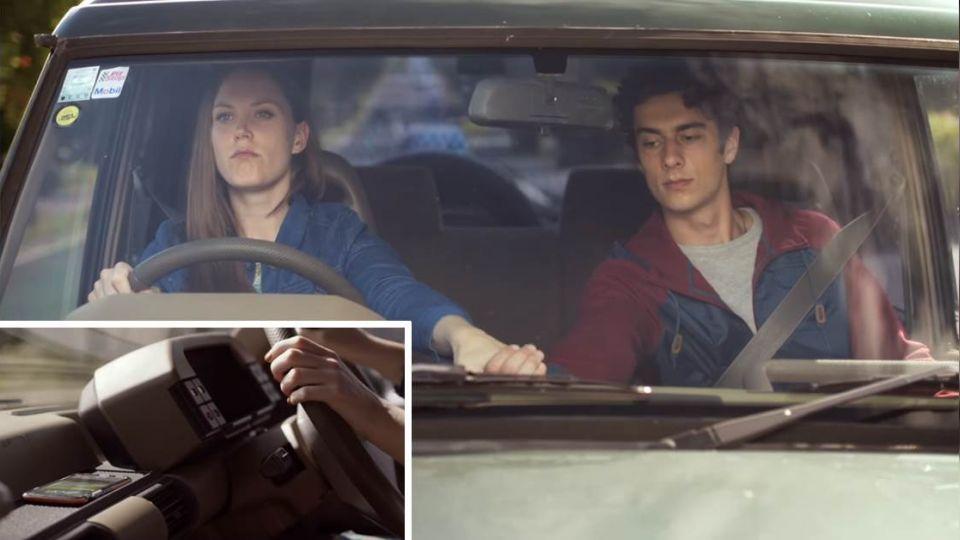 一招反制開車玩手機!駕駛表情超經典