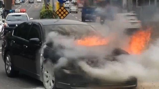 車開半途冒濃煙 駕駛棄車路中拔腿逃