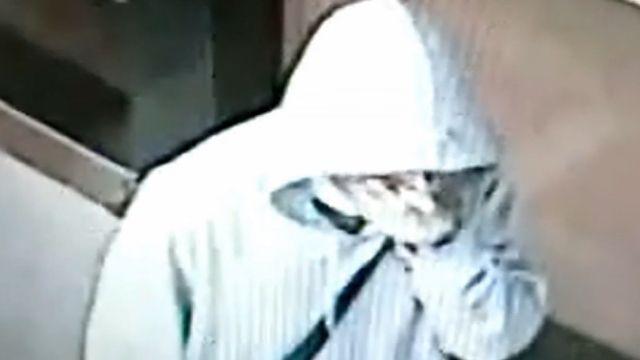 男搶匪持槍托襲保全 搶銀行23萬現金