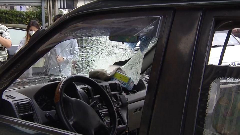 差點死車內!工地降「石頭雨」 路過駕駛險喪命