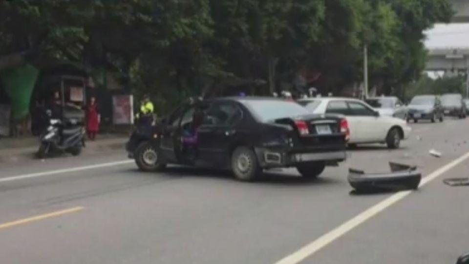 肇事落跑警匪追逐 衝撞警車過彎摔田裡