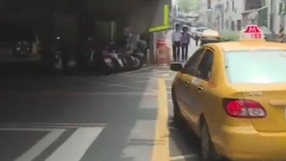計程車違停擋道 叭...後車催促 運將嗆聲