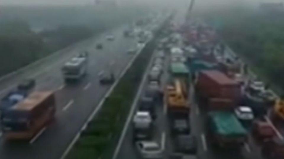 陸滬蓉高速公路追撞 逾30輛車擠壓成「疊羅漢」
