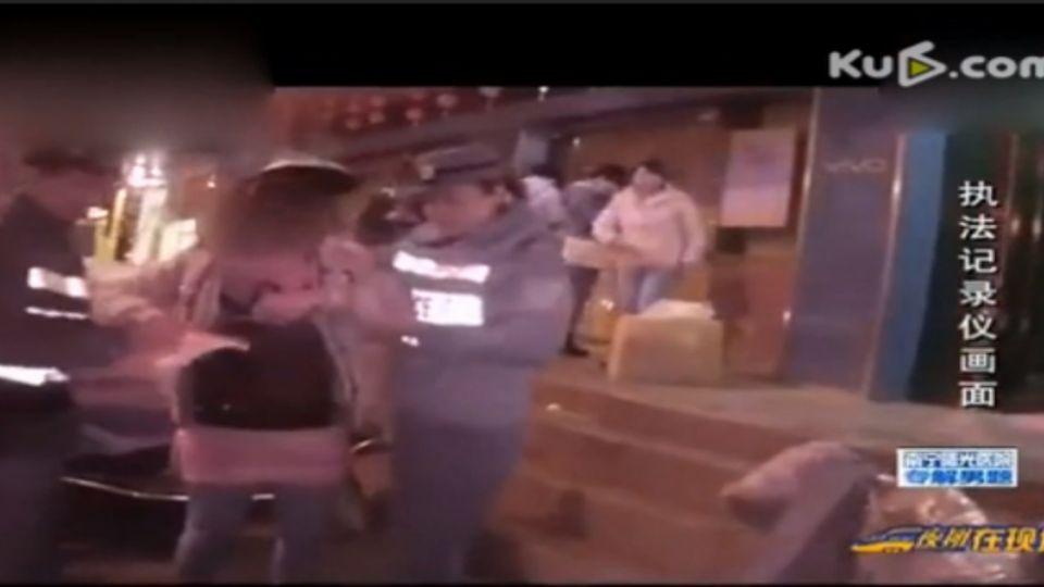 陸女醉酒街頭糗態 對女警又抱又親
