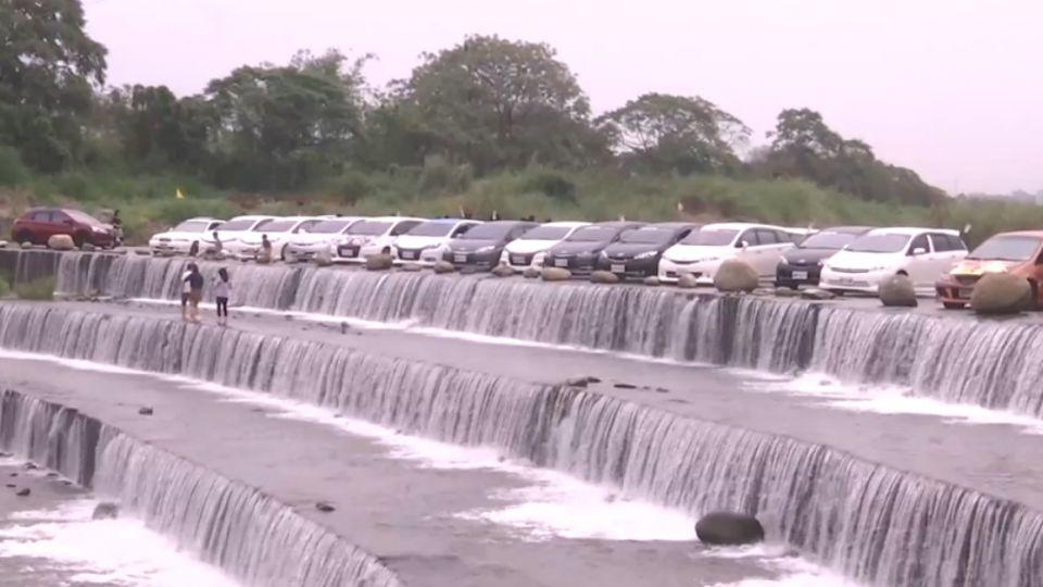 驚險!溪水河床上停車玩水 砂石車從旁通過