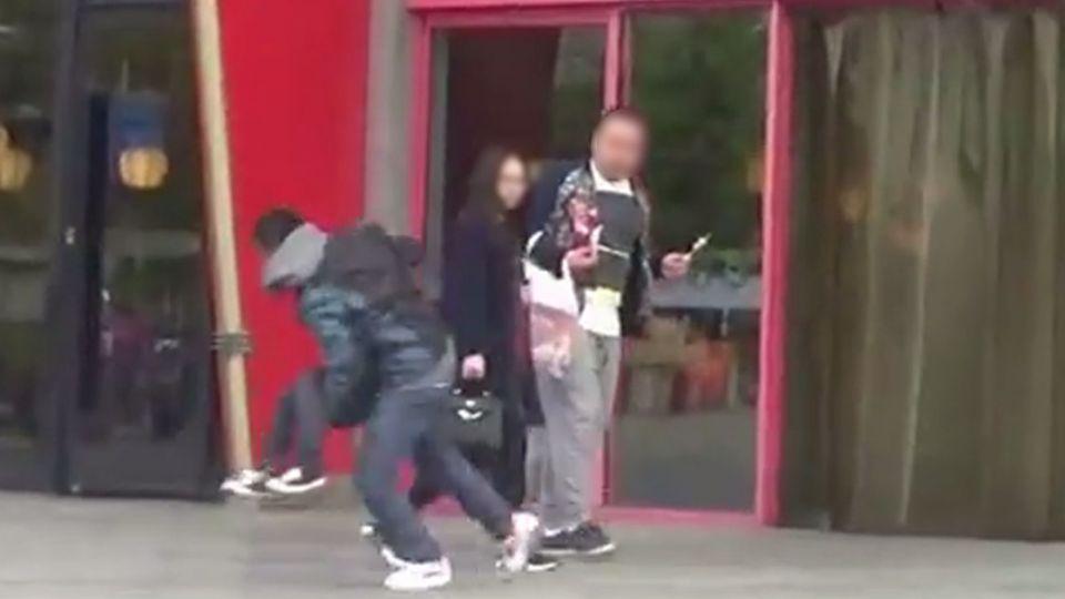 【影片】太冷漠!街頭實驗綁架兒童路人竟視而不見