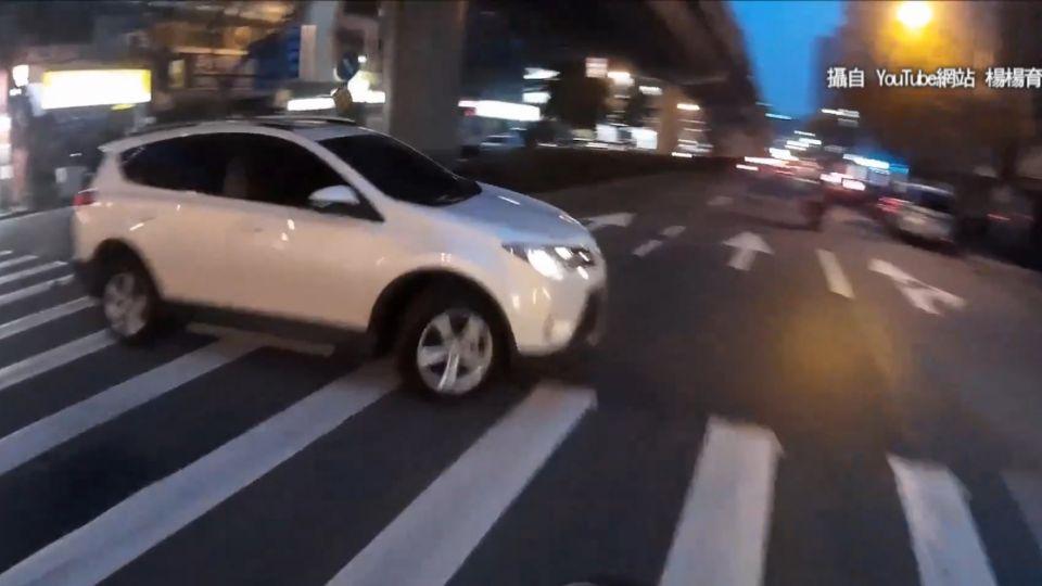 「直行車都不讓轉彎車喔」 叭一聲街頭戰