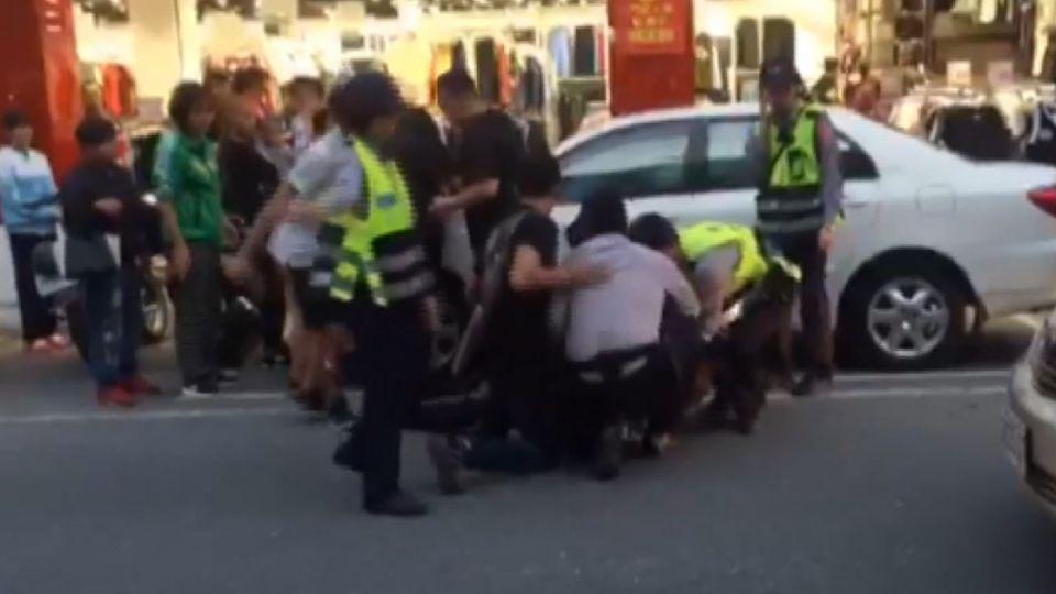 男搶前女友手機 大街上爆發嚴重拉扯!