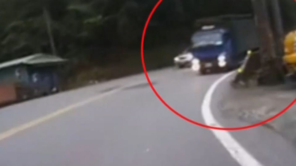 貨車北宜違規逆向行駛 機車騎士險遭撞飛