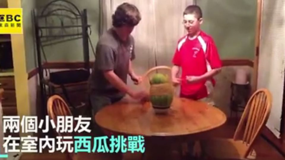 在家玩橡皮筋套西瓜 下一秒悲劇發生!