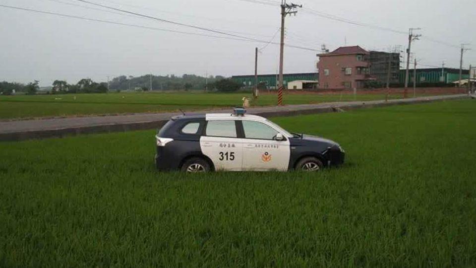 警車開到田裡巡邏?網友笑翻:田中分局嗎?