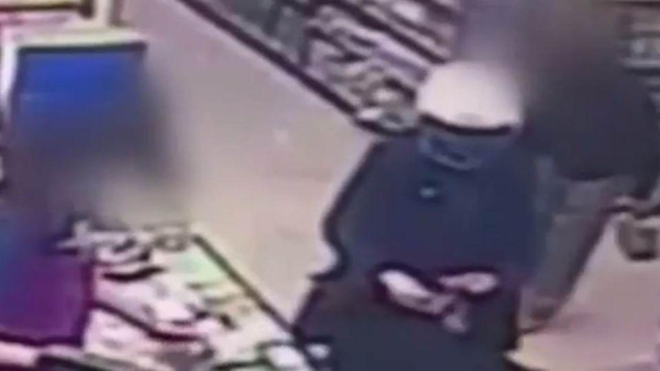 【影片】心寒!阿伯拾獲錢包 竟私吞至褲袋中