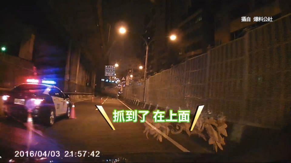 男躲臨檢酒測 橋上棄車逃逸跑給警察追