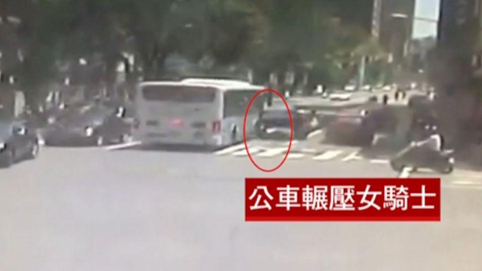 疑閃違停車擦撞公車 女騎士遭輾頭部亡