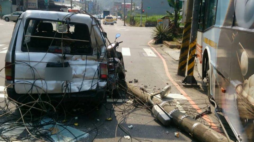 婦人攔公車反遭撞 警方:司機誤踩油門