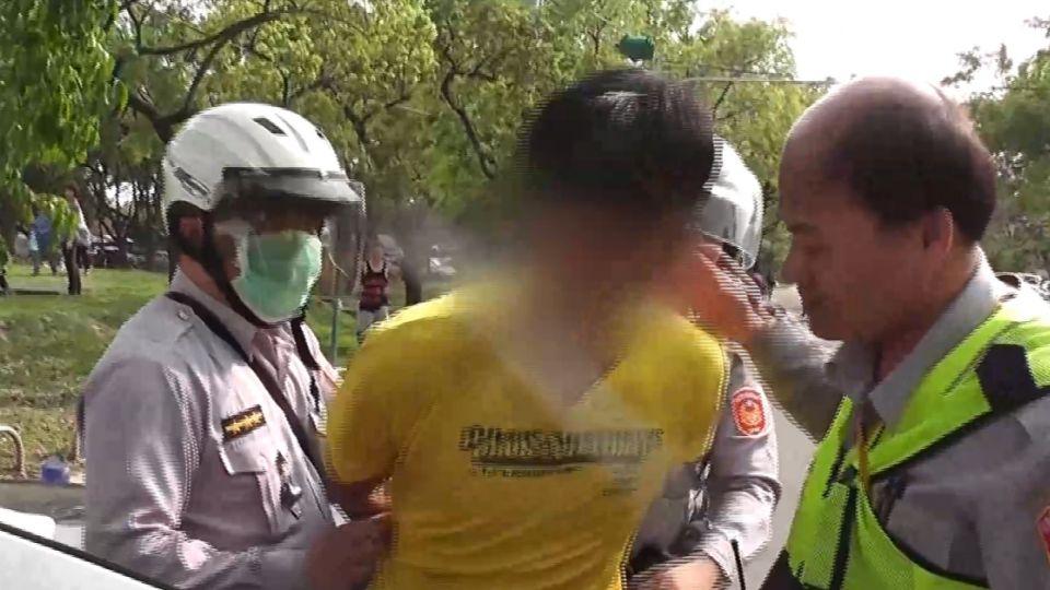 不服警取締違規 攤商與警發生拉扯還抓傷手臂