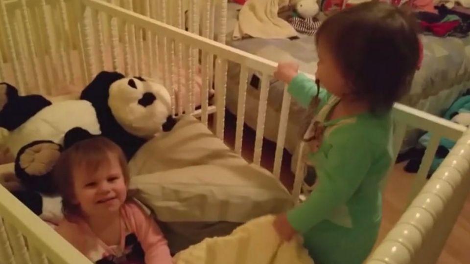 【影片】就要黏一起!雙胞胎不「分床睡」竟然這樣做...