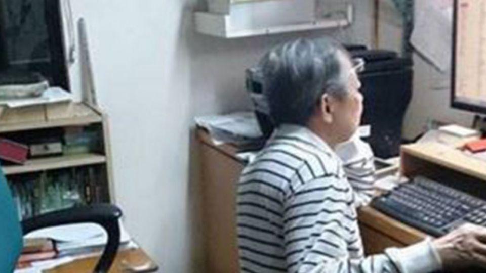 哪ㄟ安捏?爺爺跪著用電腦 原因竟然是...