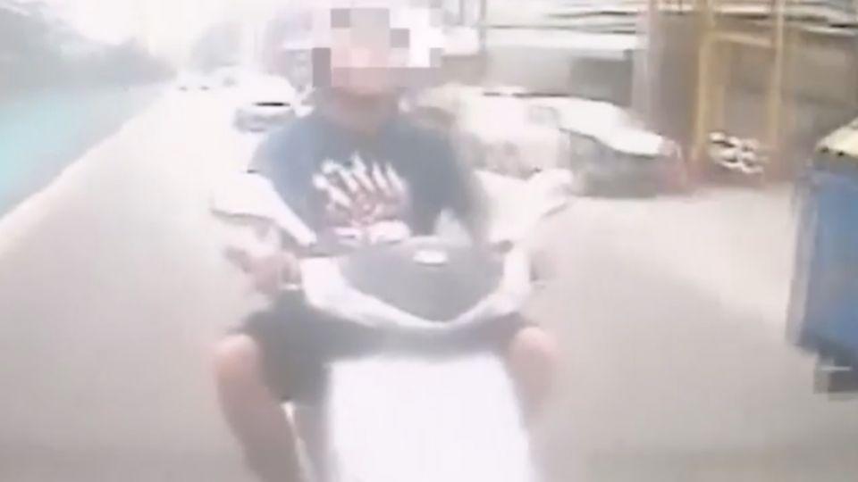 超車擦撞小黃 瘋狂騎士亮刀敲破窗