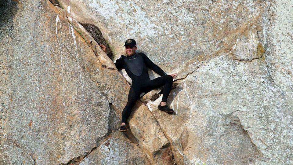 【影片】糗!求婚求到卡岩壁 靠直升機才脫困
