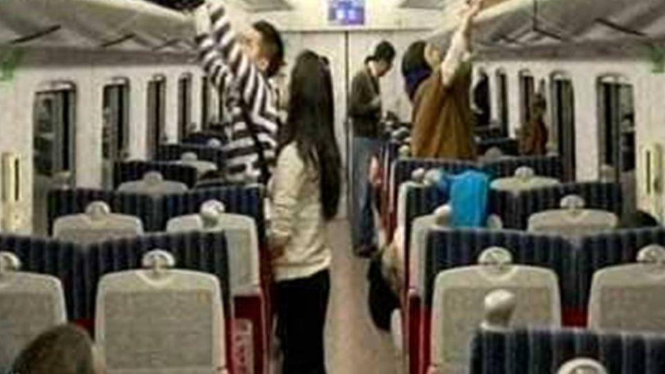 「阿里狼」失禮了!韓旅客伸鹹豬手對台鐵女服務員…
