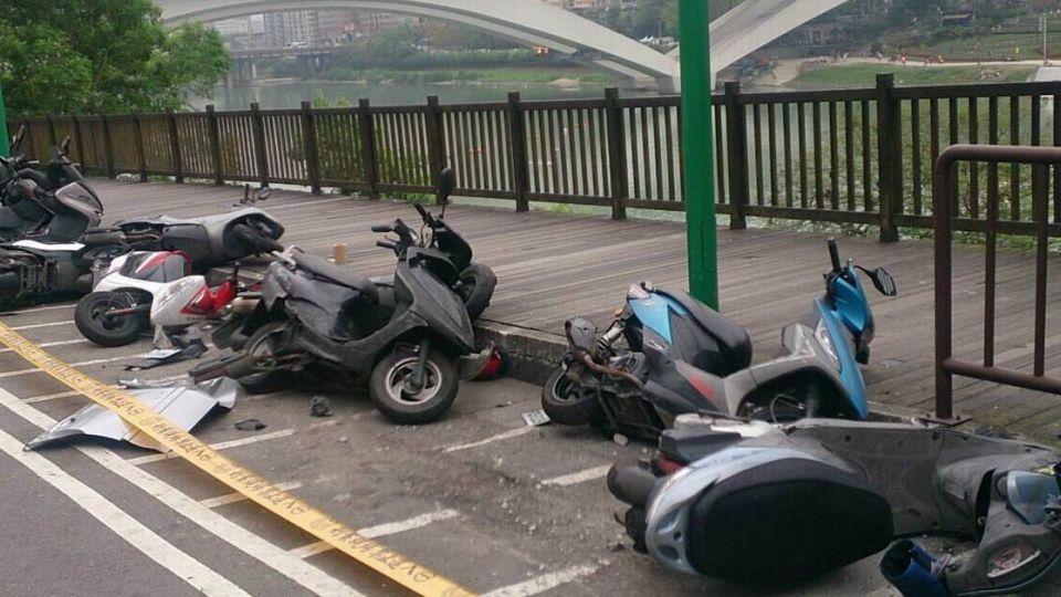 【圖輯】《霹靂火》演員秦楊撞倒整排機車 酒測值高達1.29
