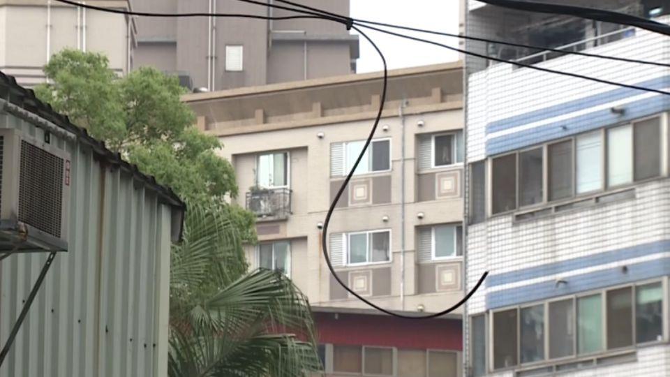 小巷電纜線設置太低 恐成為不定時炸彈!