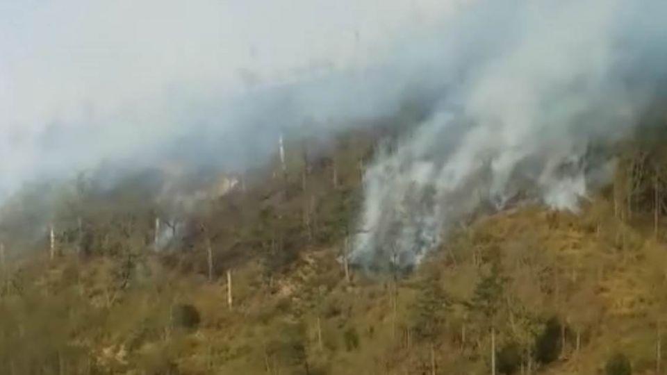 武陵林地火燒山未止 空勤直升機加入搶救