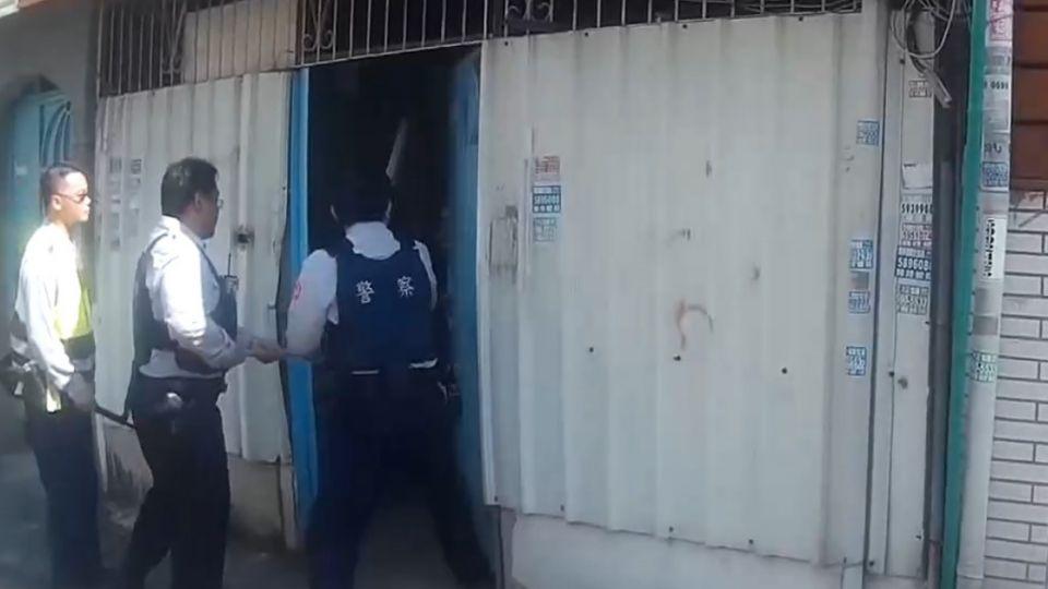 男子持刀與警對峙 警持木棍壓制送醫