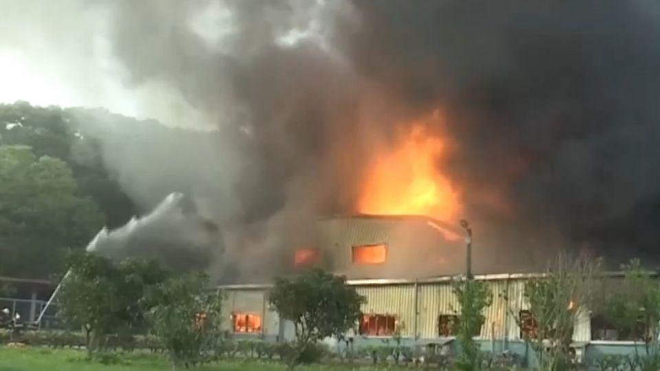 驚人大火球!火燒塗料工廠 西湖服務區戒備