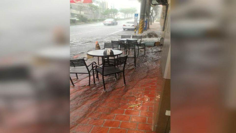 雷雨「大軍壓境」!午後大雨積水 網友「照片」實況轉播