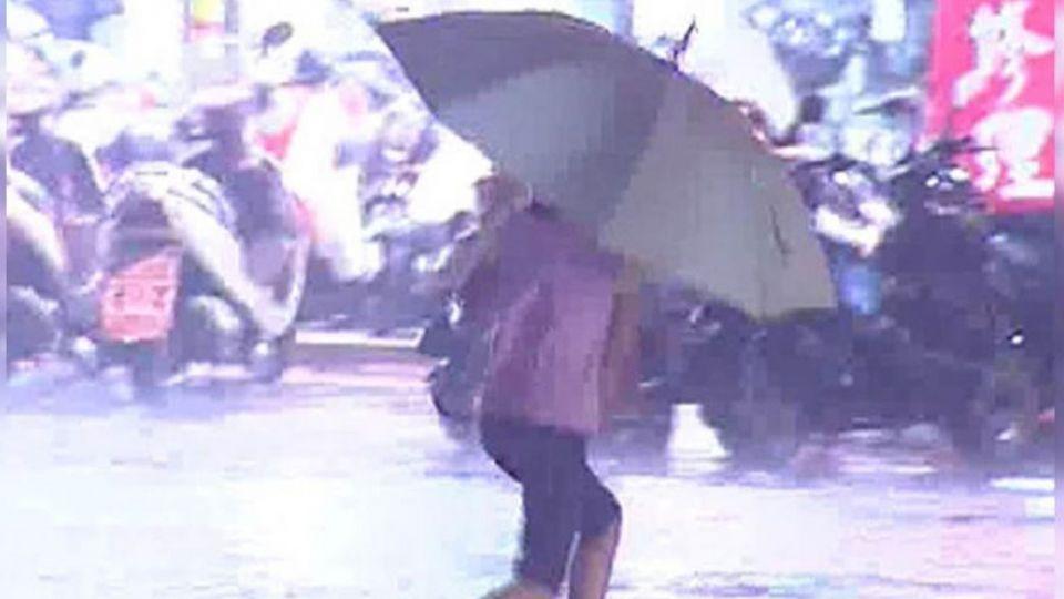 帶傘穿外套!全台下大雨 天氣濕涼再降5℃