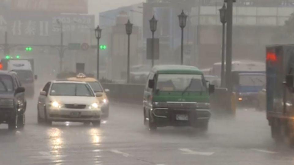 雷擊夾雜強風 周五前全台防大雨