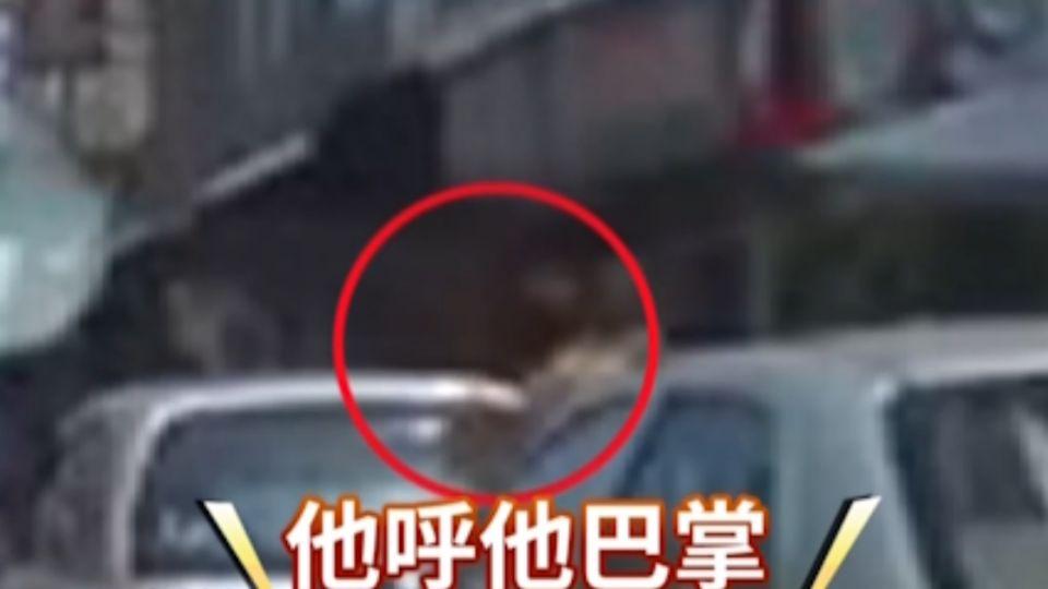 驚險目擊!幼童闖越車道 家長怒摑3巴掌