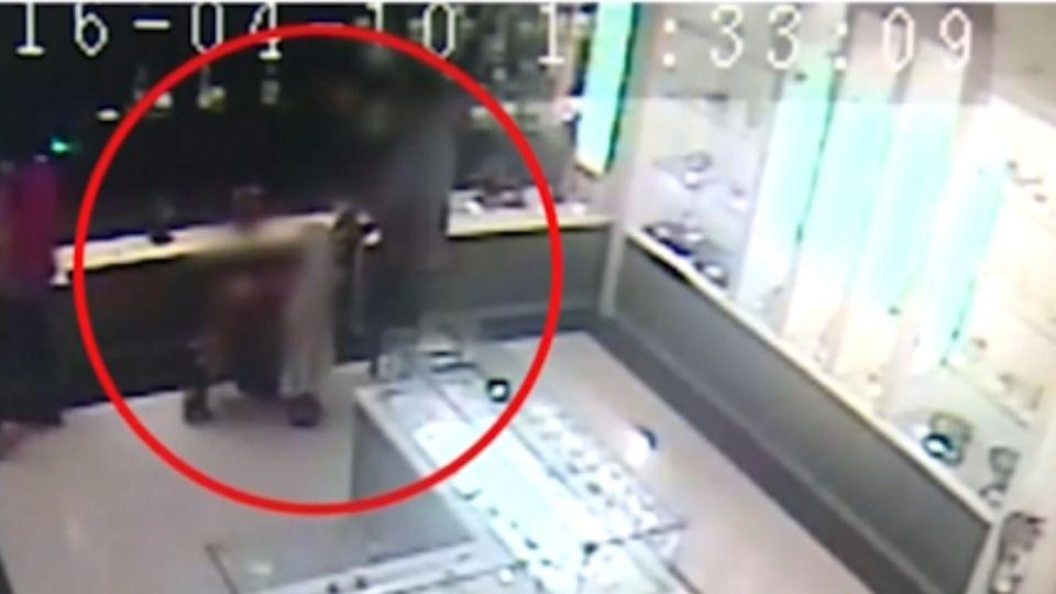 「推嬰兒車」掩護行竊 父當孩面偷「上萬元」藝品