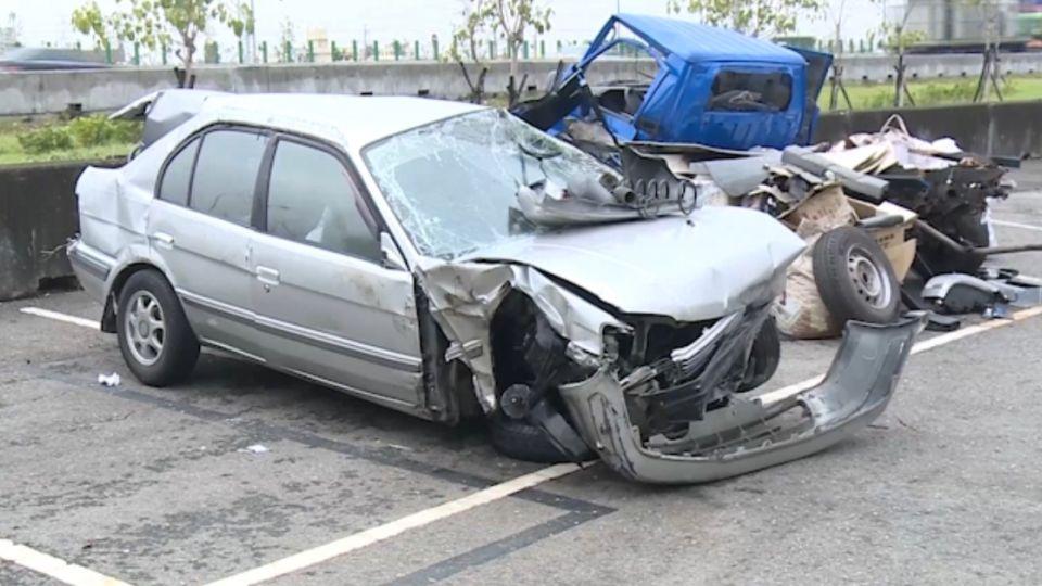 疑失戀酒駕 男拒檢撞護欄拋車外身亡