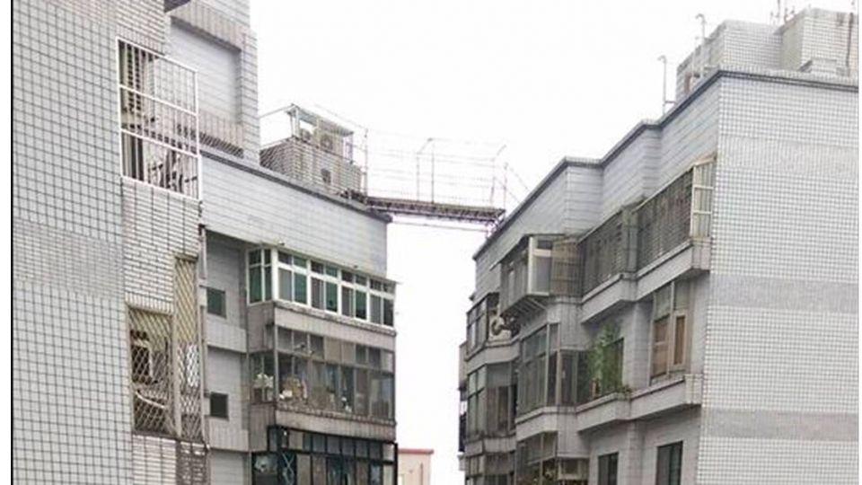 走鋼索的人!16樓高「天空階梯」 網友:大違建