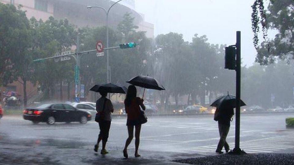 雨 熱 陽光輪班!16縣市大雨特報 東南部恐有焚風