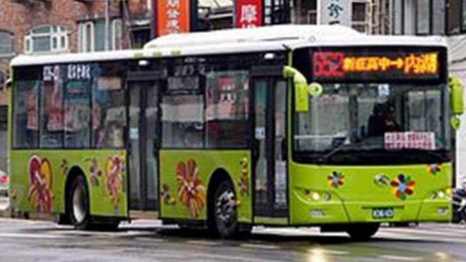 開始倒雨了!最美公車司機 風雨見「暖心」