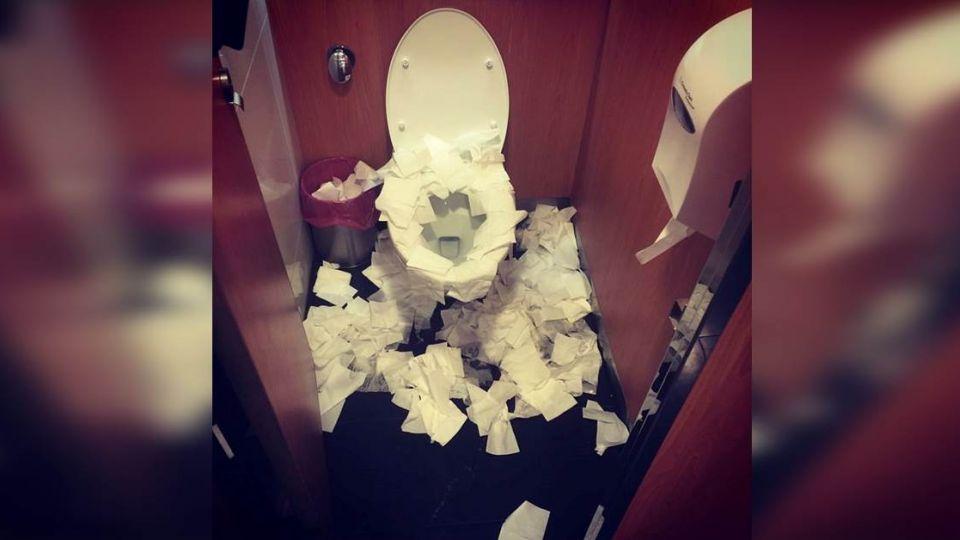 怕它冷嗎?衛生紙淹沒馬桶蓋 嚇傻清潔阿桑