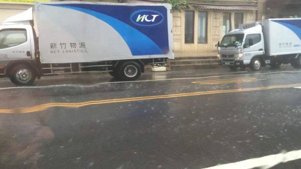超恐怖!狂風驟雨 網友驚呼「怎麼不放颱風假?」