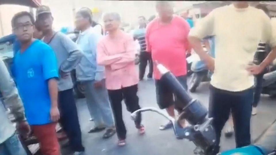 「打自家人別想跑」船長遭毆 居民憤怒包圍嫌犯
