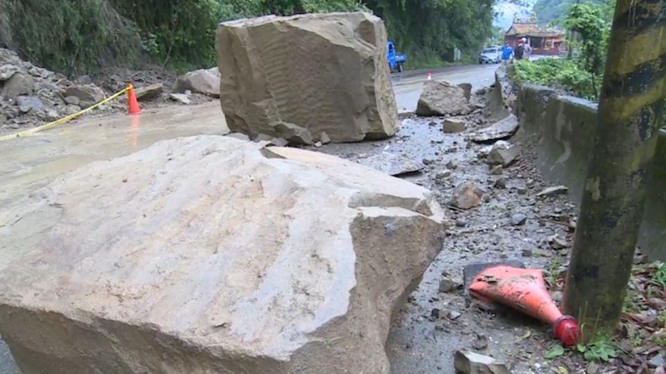 連日雨成災! 苗栗5噸巨石崩落阻車道