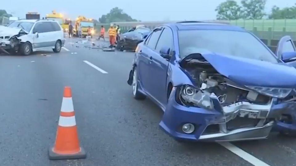 國道三車追撞4傷 駕駛下車查看遭輾斷雙腿