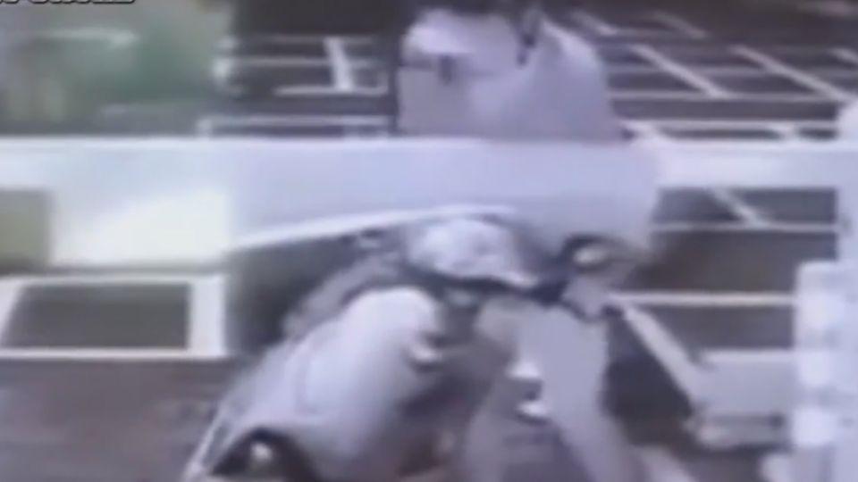 只為10元! 男牽機車「側躺」過柵欄 網友:在跳凌波舞嗎