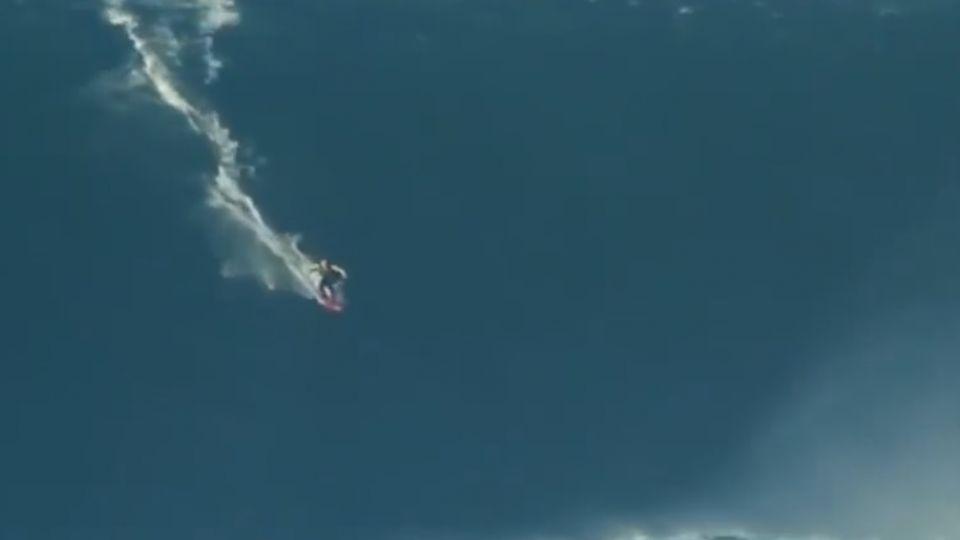 衝浪手挑戰「魔鬼級」巨浪 險被浪花吞噬