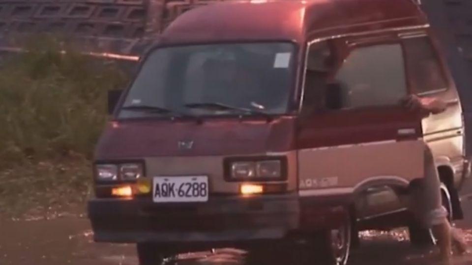台南、嘉義豪雨特報 交流道下淹水車拋錨
