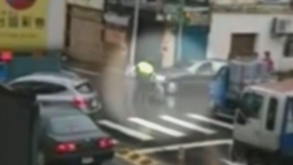 男子路口攔車跳舞 對警大吼 坐地拒離開