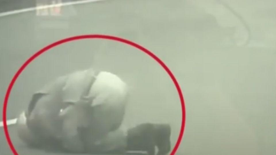 6旬老翁擦撞摔車  民眾熱心擋車指揮