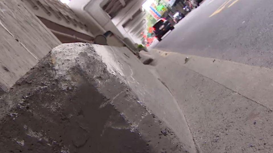 轎車駕駛恍神自撞 波及公車側翻馬路中央